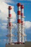 Industriële schoorstenen op een achtergrond van blauwe hemel royalty-vrije stock foto's