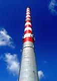 Industriële schoorstenen tegen de blauwe hemel Royalty-vrije Stock Foto