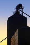 Industriële Silo's bij Zonsondergang Royalty-vrije Stock Afbeelding