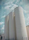 Industriële silo's met geweven oude hemel Royalty-vrije Stock Foto's