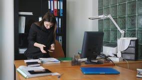 Industriële spionage Vrouwenspion op de telefoon die beelden van geheime dossiers nemen stock footage