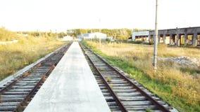 Industriële spoorwegtanks met olieproducten voorraad Spoorweg in productie stock videobeelden
