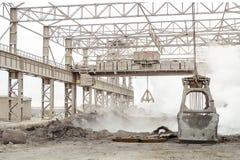 Industriële staal het kader plant in openlucht winkel met luchtkranen Multivalve clamshell grijpen en clamshell de greepemmer vas royalty-vrije stock foto's