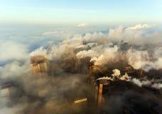 Industriële stad van Mariupol, de Oekraïne, in de rook van bedrijven en mist bij dageraad stock foto