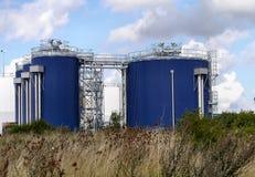 Industriële tanks door kust Stock Afbeelding