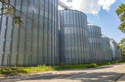 Industriële tanks voor het opslaan van voer tegen de blauwe hemel stock afbeelding