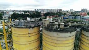 Industriële tanks voor opslagproducten in satellietbeeld van de cement het concrete installatie stock footage