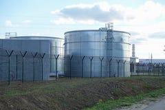Industriële tanks voor water of brandstof royalty-vrije stock fotografie
