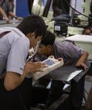 Industriële technicus die robotachtig lassenwapen in werking stellen stock afbeelding