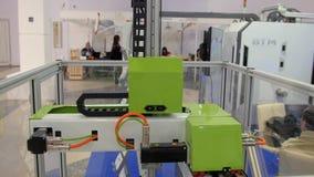 Industriële technologie robotachtige machine voor metaal die aan internationale tentoonstelling werken stock footage