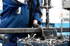 Industriële tehnician die aan een boringsmachine werken Stock Foto