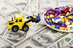 Industriële tractorstuk speelgoed ladingspillen aan plaat Royalty-vrije Stock Foto