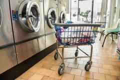 Industriële wasmachines in openbare Laundromat Stock Afbeeldingen