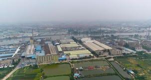 Industriële winkels op de rivierbank, China Installatie op de rivierbank stock footage
