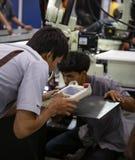 Industri?le technicus die robotachtig lassenwapen in werking stellen stock fotografie