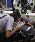 Industri?le technicus die robotachtig lassenwapen in werking stellen stock foto