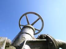 industria的关闭的和打开的气体管道的巨大的阀门 库存图片