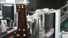 Industria alimentaria Línea de embotellamiento automática de la cerveza Aplicación de la etiqueta Máquina para pegar las etiqueta almacen de metraje de vídeo