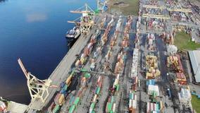 Industria cantieristica - porto industriale con i contenitori archivi video
