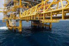 Industria costera del petróleo y gas, construcción adentro a poca distancia de la costa Fotos de archivo