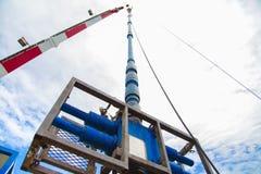 Industria costera del petróleo y gas, equipo de seguridad para cortar la tubería y el enchufe mientras que el gas sopla la rampa  Fotografía de archivo