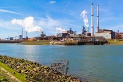 Industria de acero en IJmuiden cerca de Amsterdam, Países Bajos Foto de archivo libre de regalías