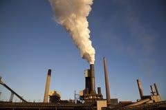 Industria de acero - humo que se levanta de molino