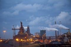 Industria de acero pesada en la fábrica de acero en la noche Imagen de archivo