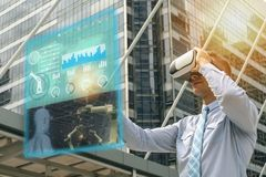 Industria 4 de Iot 0 conceptos, ingeniero industrial que usa los vidrios elegantes con aumentado mezclado con tecnología de la re fotografía de archivo libre de regalías