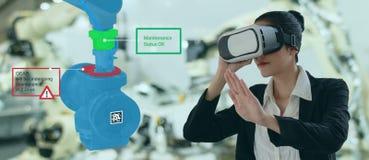 Industria 4 de Iot 0 conceptos, ingeniero industrial usando los vidrios elegantes con aumentado mezclado con tecnolog?a de la rea foto de archivo libre de regalías