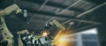 Industria 4 de Iot 0 conceptos de la tecnología Fábrica elegante usando tender los brazos robóticos de la automatización con la p imagen de archivo libre de regalías