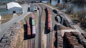 Industria de la carpintería, carga de la madera en fotografía aérea de los coches foto de archivo