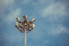 Industria de la electricidad de los posts de la lámpara con el cielo azul Torre del proyector Fotos de archivo