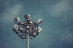Industria de la electricidad de los posts de la lámpara con el cielo azul Torre del proyector Foto de archivo libre de regalías
