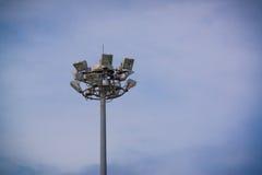 Industria de la electricidad de los posts de la lámpara con el cielo azul Torre del proyector Foto de archivo