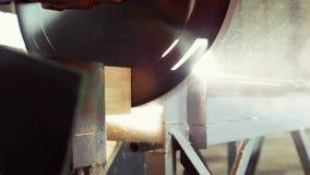 Industria de la madera de construcción - la sierra corta el gran número de barras de la madera almacen de metraje de vídeo
