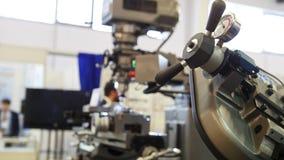 Industria de la maquinaria - máquina del torno en la fábrica almacen de metraje de vídeo