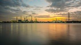 Industria de la planta petroquímica en el tiempo crepuscular Foto de archivo libre de regalías