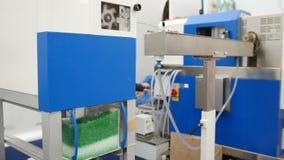 Industria de la química - gránulos plásticos en el extrusor para hacer los plásticos en manufactura de la protuberancia metrajes