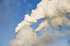 Industria de papel con humo fotografía de archivo