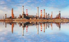 Industria de petróleo - fábrica con la reflexión en agua fotografía de archivo libre de regalías