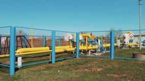 Industria del gas e del petrolio Impresa industriale Una stazione per purificazione e l'elaborazione del gas naturale Conduttura  video d archivio
