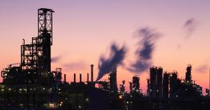 Industria del gas e del petrolio - raffineria a penombra - fabbrica - petroche fotografie stock libere da diritti