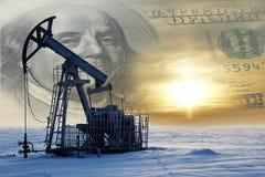 Industria del gas e del petrolio Lavoro della presa della pompa di olio su un giacimento di petrolio whit fotografia stock libera da diritti