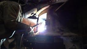 Industria del ladrillo Vista del soldador durante trabajo de la soldadura metrajes