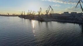 Industria del mare, ancoraggio commerciale con le gru di sollevamento per il carico e scarico delle navi di commercio internazion stock footage