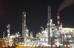 Industria del petróleo y gas - refinería en el crepúsculo - fábrica imagen de archivo
