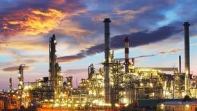 Industria del petróleo y gas - refinería en el crepúsculo - fábrica fotos de archivo