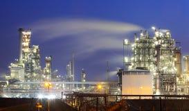 Industria del petróleo y gas - refinería en el crepúsculo - fábrica - petroche imagen de archivo libre de regalías