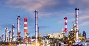Industria del petróleo y gas - refinería en el crepúsculo - fábrica - petroche imagen de archivo